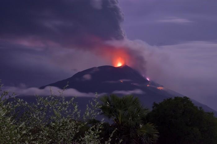 Gunung Api Ili Lewotolok mengeluarkan material vulkanik saat erupsi di Kabupaten Lembata, NTT, Minggu (29/11/2020). Pusat Vulkanologi dan Mitigasi Bencana Geologi (PVMBG) telah menaikkan status gunung api itu dari semula waspada menjadi siaga setelah melihat situasi gunung api yang terus melontarkan batu atau larva pijar. ANTARA FOTO/Aken Udjan/KH/aww.