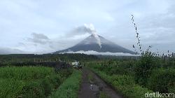 Gunung Semeru di Lumajang Meletus