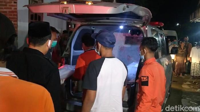 Jenazah sekeluarga dan balita asal Pekalongan yang menjadi korban tewas kecelakaan maut di Tol Cipali, Jawa Barat, tiba di rumah duka, Senin (30/11/2020).
