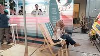 Selain itu, ada butiran pasir di dekat bar kafe Tropical Vibes. Ada pula kursi santai seperti di pantai yang bisa dipakai oleh pengunjung sambil menikmati minuman yang disajikan.