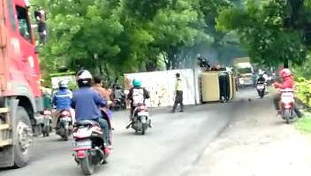 Truk Terguling di Bojonegoro Setelah Tabrak Mobil yang Dikendarai Guru