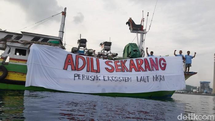 Koalisi Laut Biru menggelar demo di tengah laut Probolinggo. Mereka protes soal perusakan ekosistem laut akibat tumpahan batu bara.