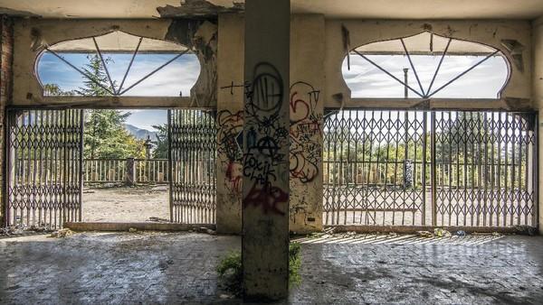Count Bagno membeli seluruh lahan di Consonno seharga 22,5 Juta Lira di masa itu nilainya setara Rp 5,2 Miliar waktu itu. Dia pun menggusur 60 orang penduduk dan meratakan rumah mereka untuk dibangun resort. Di tahun 1968, fase pertama pembangunan Consonno selesai.
