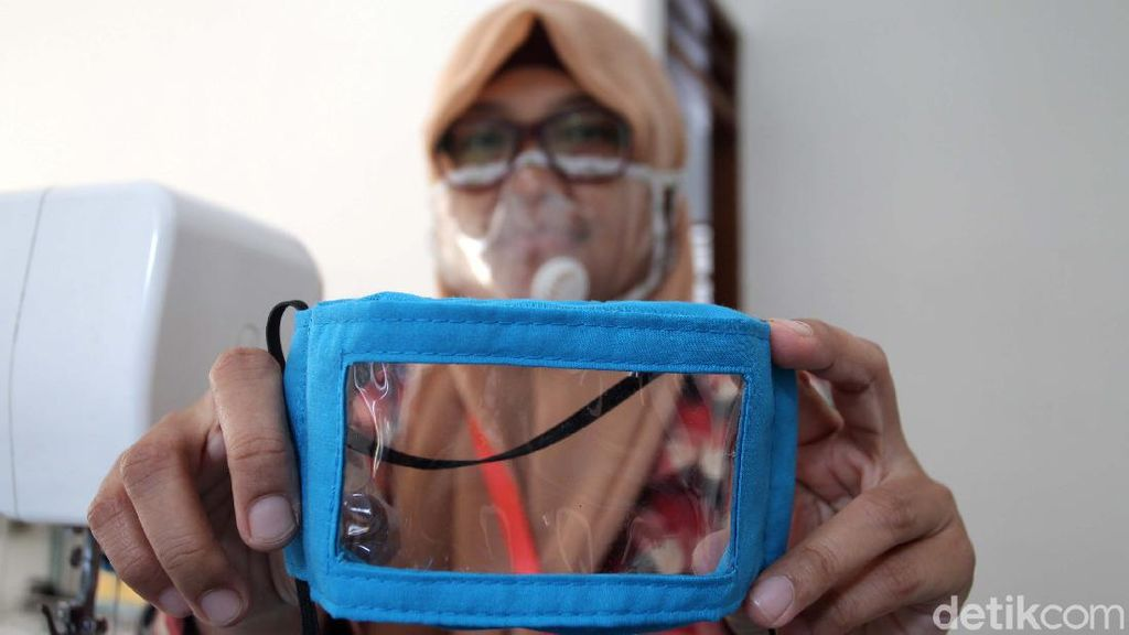 Melihat Produksi Masker Transparan untuk Tuna Rungu