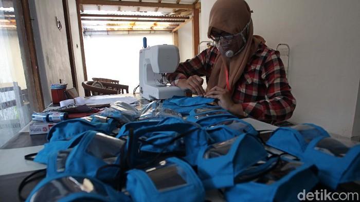 Pandemi COVID-19 membawa berkah bagi Dwi Rahayu Februarti (41) warga Gemawang, Sleman, Yogyakarta. Ia membuat masker transparan untuk penyandang tuna rungu.