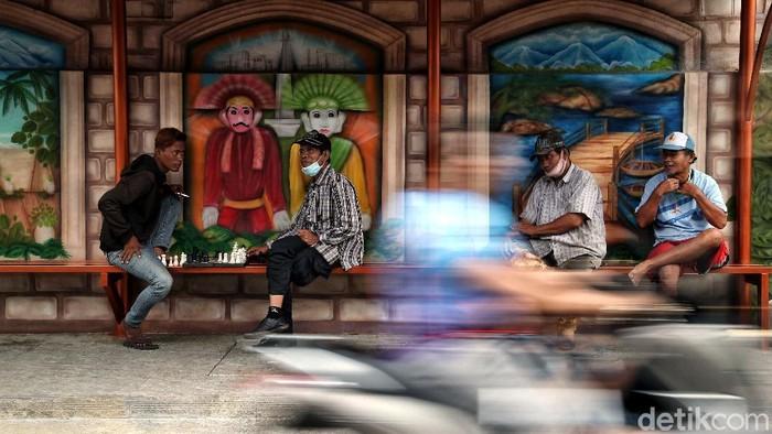 Kawasan Tugu Selatan, Koja, Jakarta Utara, kian berwarna dengan kehadiran mural menggambarkan kebudayaan Betawi. Mural itu diketahui dibuat sejak 2 minggu lalu.
