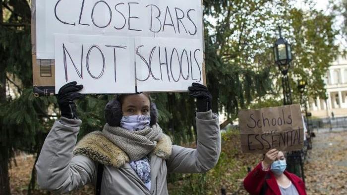 Orang tua siswa New York terlihat melakukan protes di kota itu pada tanggal 20 November 2020 untuk pembukaan kembali sekolah umum. (AFP Phtoto)