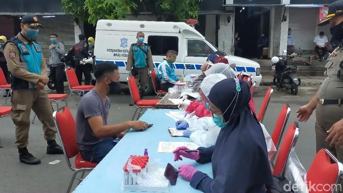 Pemkot Surabaya menggelar tes swab mendadak di Pasar Pucang Anom
