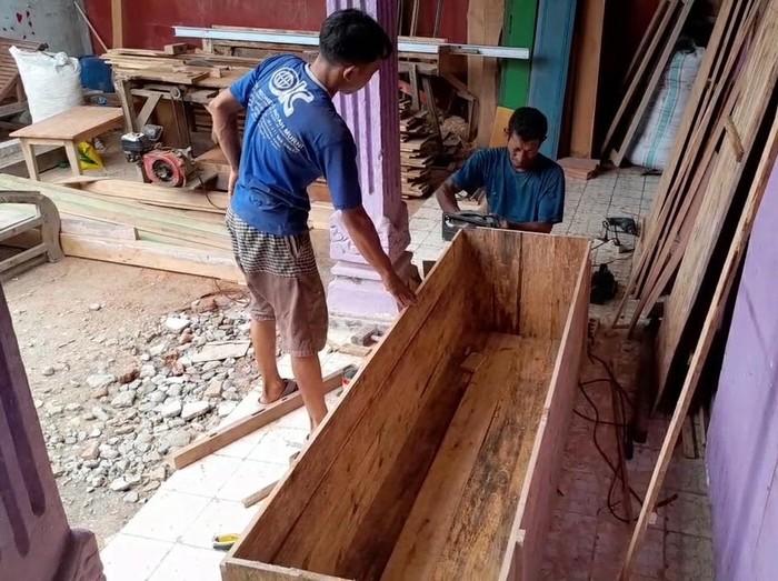 Perajin mebel di Brebes kebanjiran order peti mati di tengah pandemi