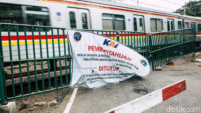 Per hari Sabtu kemarin (28/11), perlintasan kereta api Stasiun Palmerah resmi ditutup. Dinas Perhubungan DKI Jakarta resmi menutup perlintasan sebidang kereta api tersebut terkait adanya program penataan tahap dua di Stasiun Palmerah.