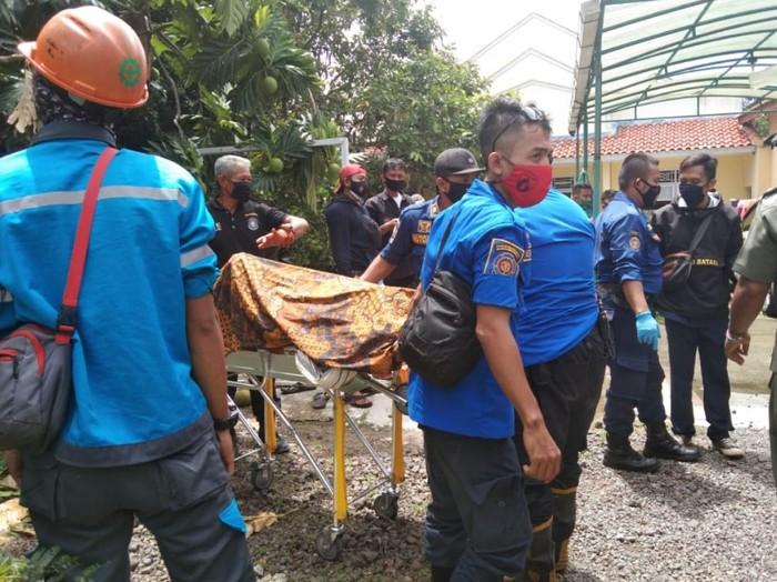Petugas evakuasi jasad tukang kebun yang tewas tersengat listrik.