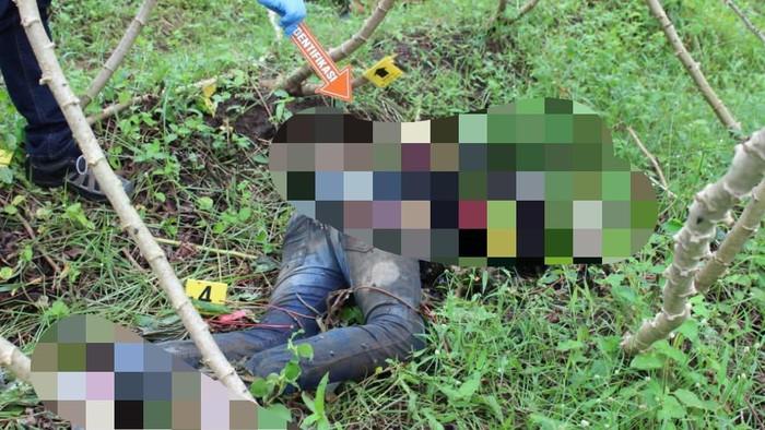 Mayat seorang remaja ditemukan di sebuah ladang singkong di Kabupaten Malang. Remaja laki-laki berusia 14 tahun itu diduga menjadi korban penganiayaan.
