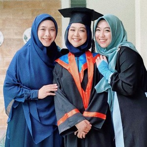 Intip Gaya Hijab Ria Ricis Wisuda Online Setelah 7 Tahun Kuliah
