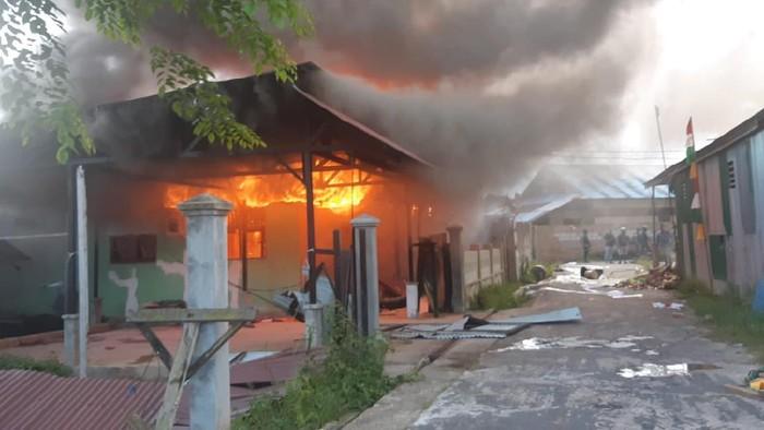 Rumah cabup di Boven Digoel, Papua, dibakar pendukung paslon lain yang protes keputusan KPU (dok Polda Papua)
