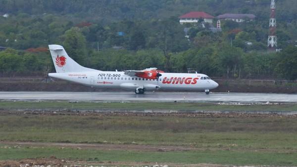 Satu Unit Maskapai Penerbangan Wings Air melintas di run way saat baru tiba di bandara El Tari Kupang, NTT, Senin (30/11/2020)