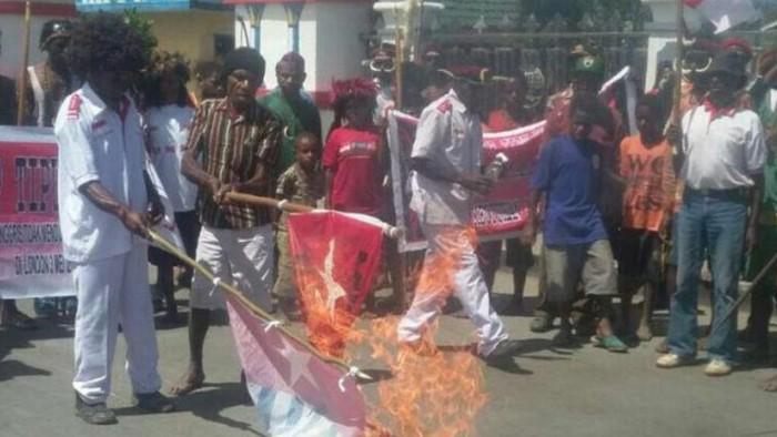 Sejumlah warga Wamena membakar bendera Bintang Kejora karena menyatakan menolak OPM serta wacana Papua merdeka (dok Istimewa)