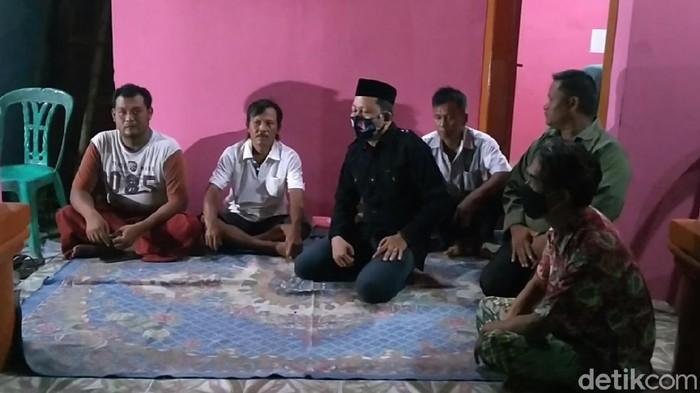 Suasana rumah duka sekeluarga korban kecelakaan maut Tol Cipali, di Kecamatan Kesesi, Pekalongan, Jawa Tengah, Senin (30/11/2020).