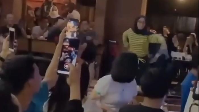Tangkapan layar video viral muda-mudi di Bone, Sulsel joget dengan melanggar protokol kesehatan (dok. Istimewa).