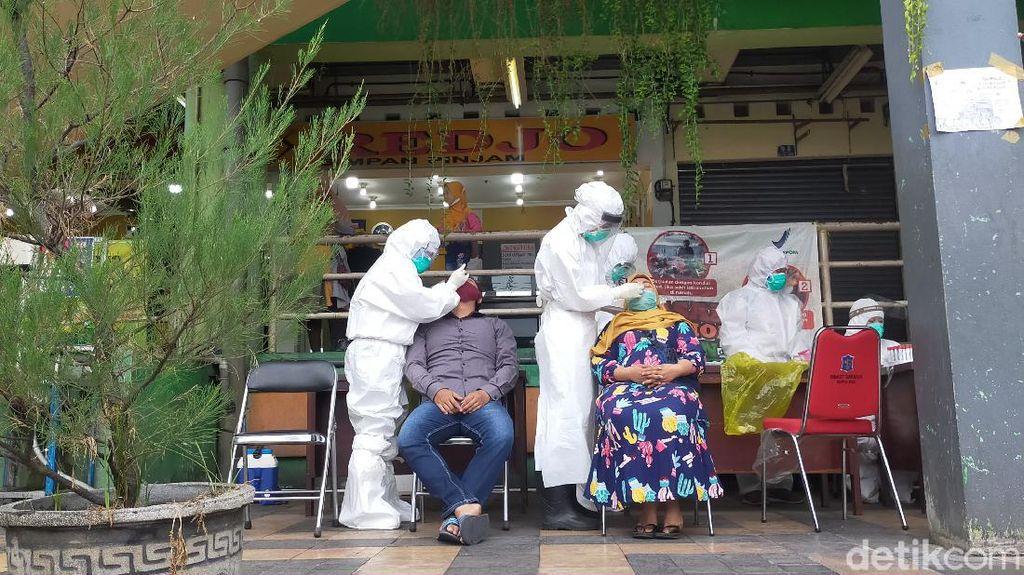 Datangi Dadakan 2 Pasar di Surabaya, 241 Pedagang dan Pembeli Dites Swab