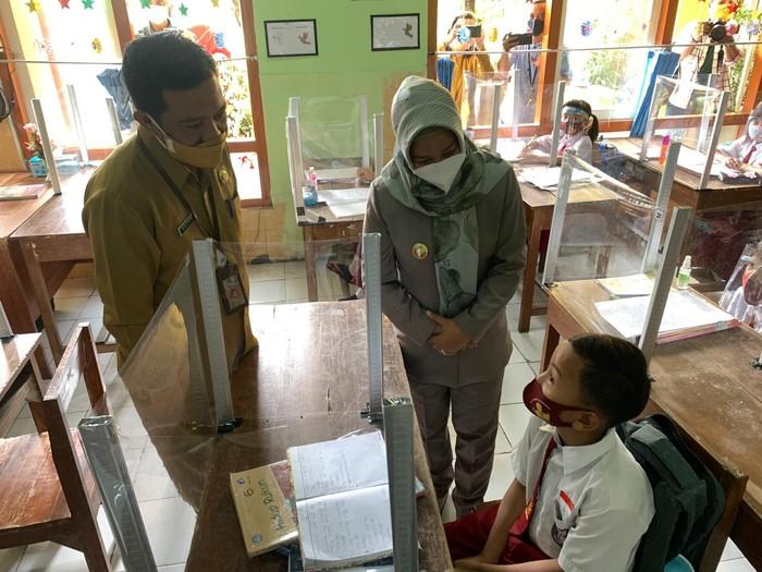 Wali Kota Mojokerto Ning Ita mengecek prokes sekolah tatap muka
