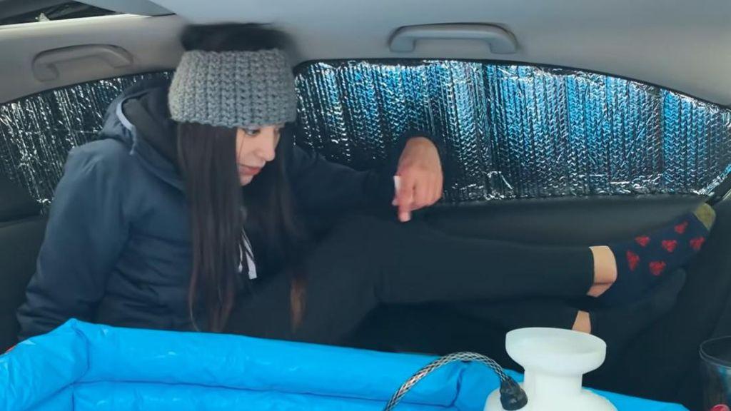 YouTuber Cantik Ini Nekat Mandi di Dalam Mobil Sedan, Sekalian Bikin Tutorialnya