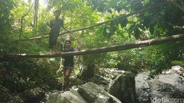 Ada pula jembatan kayu untuk menyebrang. (Abdy Febriady/detikcom)