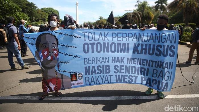 Puluhan mahasiswa asal papua melakukan aksi unjuk rasa di Patung Kuda, Monas, Jakarta, Selasa (1/12/2020). Dalam aksinya mereka menuntut referendum, menolak otonomi khusus jilid 2 dan meminta menarik militer dari tanah papua.