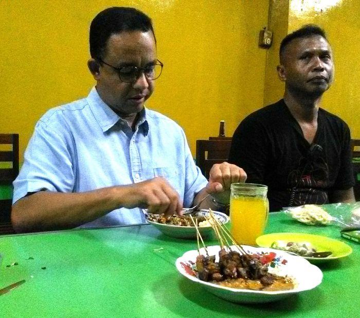 Anies Baswedan Hobi Makan di Warteg dan Warung Tenda
