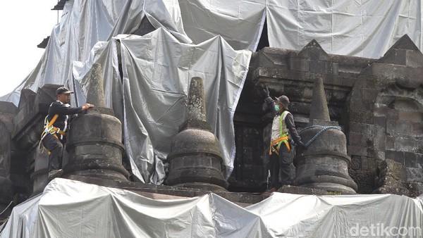 Petugas Balai Konservasi Borobudur (BKB) menutup bangunan Candi Mendut menggunakan terpaulin, Kabupaten Magelang, Jawa Tengah, Selasa (1/12/2020).