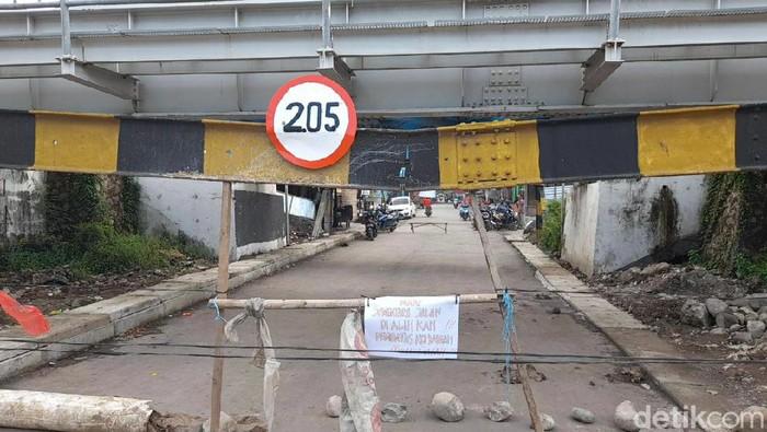Besi portal underpass KAI di Karangmalang, Ketanggungan, Brebes patah dan melengkung, Selasa (1/12/2020).