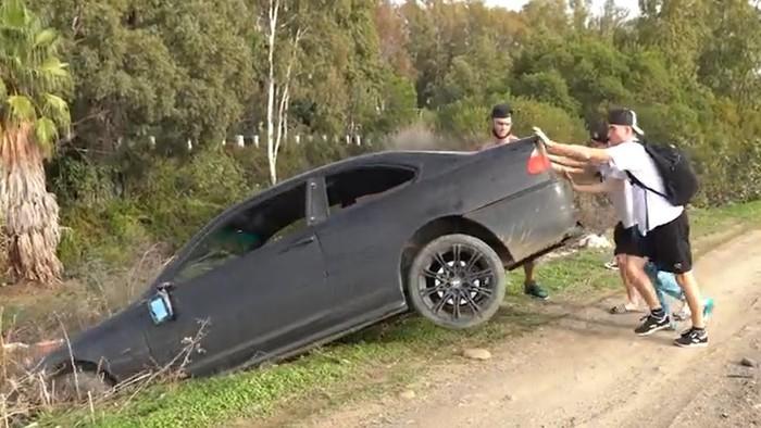 BMW dibuang ke sungai