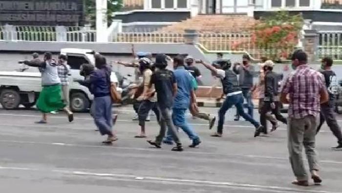 Demo tolak Habib Rizieq di Makassar ricuh (dok. istimewa).