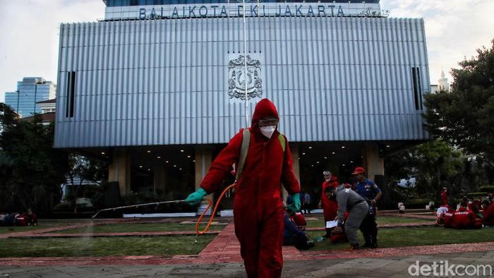 Disinfeksi Corona lewat penyemprotan disinfektan dilakukan di kompleks area gedung Balai Kota DKI Jakarta usai Anies Baswedan terpapar COVID-19.