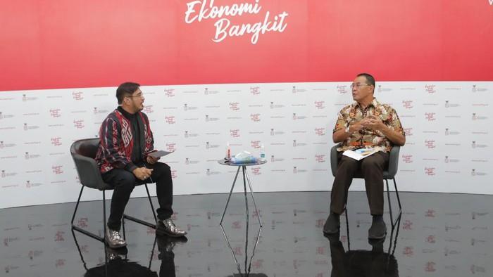 dr. H. Mohamad Subuh, MPPM (Staf Ahli Kemenkes Bidang Ekonomi) bersama moderator Jeremy Teti memberikan keterangan dalam dialog mengenai vaksinasi: pencegahan vs pengobatan