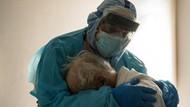 Kisah Haru di Balik Pelukan Dokter ke Pasien Corona Lansia