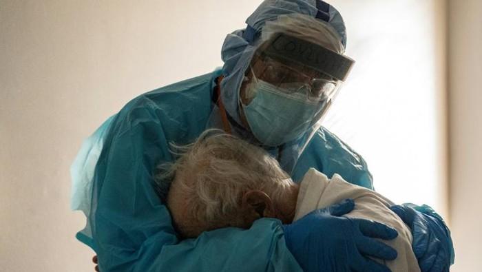 Dr. Joseph Varon menghibur pasien di unit perawatan intensif Covid-19 selama Thanksgiving di United Memorial Medical Center di Houston, Texas. (AFP Photo)