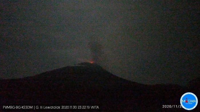 Gunung Ili Lewotolok kembali erupsi Senin (30/11) pukul 23.20 WITA.