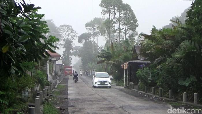 Gunung Semeru meletus dan meluncurkan awan panas, Selasa (1/12). Luncuran awan panas itu dibarengi dengan kilatan petir. Begini penampakannya.