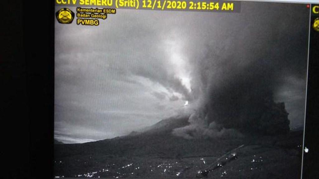 Gunung Semeru di Jawa Timur Meletus