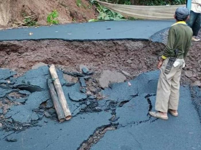 Jalan penghubung kecamatan di Ciamis ambles akibat pergerakan tanah