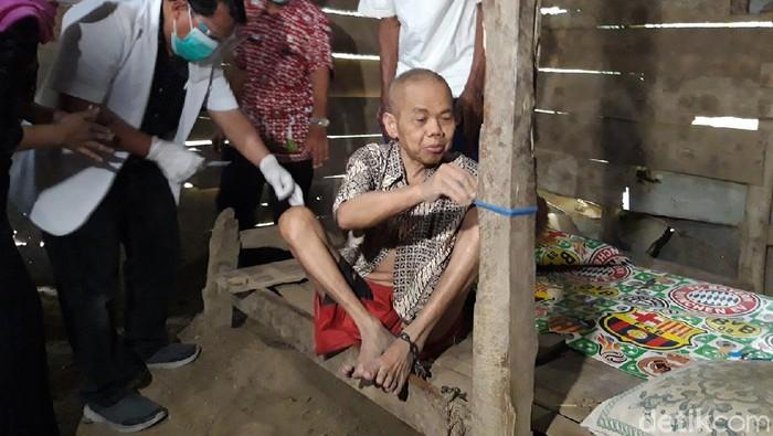 Seorang kakek di Boyolali diapsung selama delapan tahun di rumah yang juga digunakan sebagai kandang sapi.