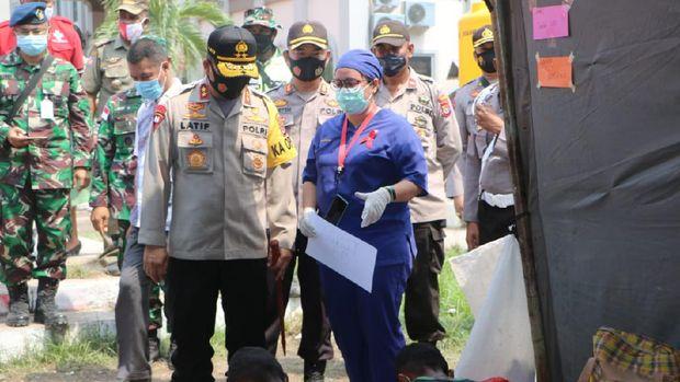 Kapolda NTT Irjen Lotharia Latif mengecek kondisi pengungsi korban erupsi Gunung Lewotolok di Lembata