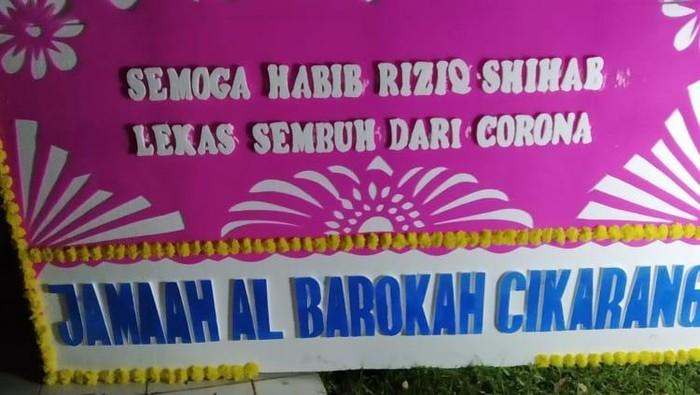 Karangan bunga dukungan untuk kesehatan Habib Rizieq berdatangan di Sentul, Kabupaten Bogor, Jawa Barat.