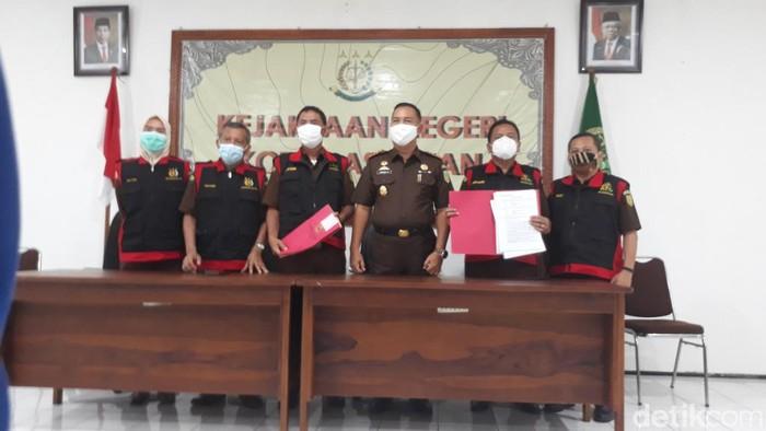 Satuan khusus pemberantasan korupsi Kejari Pasuruan menggeledah kantor Dinas Kominfo dan Statistik Kota Pasuruan. Penggeledahan terkait dugaan penyimpangan pengadaan aplikasi.