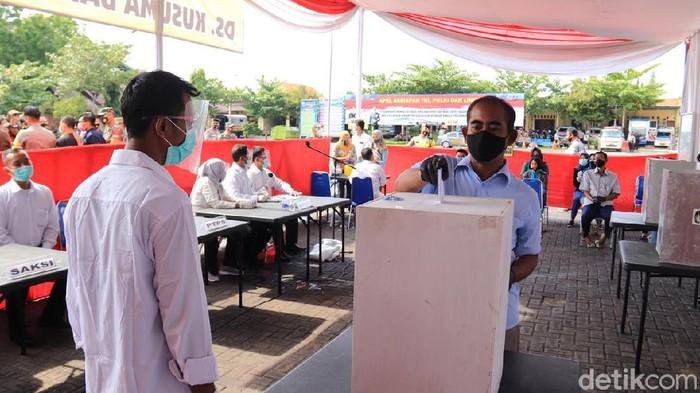 KPU Tuban dan polisi setempat menggelar simulasi pemungutan suara di tengah pandemi COVID-19. Ini untuk memastikan penerapan protokol kesehatan dalam Pilbup Tuban, 9 Desember mendatang.