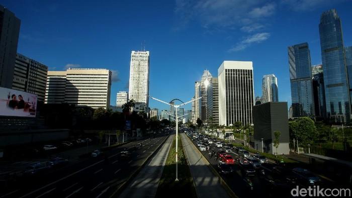 Hari ini, Selasa (1/12) cuaca cerah menyelimuti Ibu Kota. Pemandangan langit biru yang jarang terlihat akibat polusi udara kini menampakan pesonanya. Penasaran?