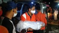 Momen Jenazah Korban Kecelakaan Tol Cipali Tiba di Rumah Duka