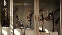 Selain diorama perang, senjata-senjata betulan yang digunakan saat itu juga tersimpan rapi di dalam museum. Ada juga foto-foto korban, keluarga, surat-surat, puisi, serta foto-foto medan tempur yang dipajang di lantai paling atas museum. (AP)