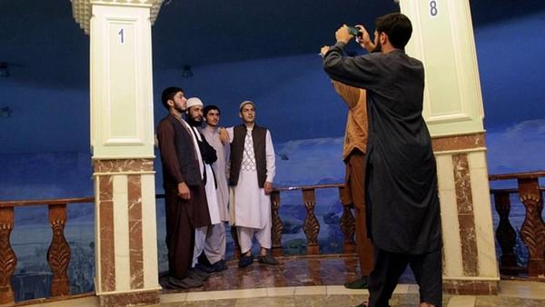 Sekarang Museum Jihad jadi destinasi wisata di Afghanistan. Kami, generasi paruh baya telah mengalami perang ini, tapi anak-anak yang tumbuh sekarang akan melihat ini hanya sebagai memori. Adegan-adegan ini bisa menunjukkan kepada mereka betapa menyakitkan hidup orang-orang di masa lalu dan bagaimana pengorbanan mereka. Ini bisa jadi pelajaran yang baik bagi mereka, pungkas Sawabi. (AP)