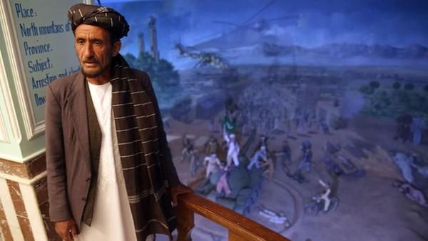 Mayat-mayat bergelimpangan dan bermandi darah jadi pemandangan sehari-hari yang dilihat Sawabi. Sawabi, yang sekarang jadi pengajar seni di Universitas Herat, mengaku jiwanya sangat tersentuh ketika terlibat langsung dalam pembangunan Museum Jihad pada 2002 silam. (AP)